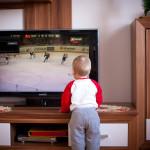 bebé delante de la tv